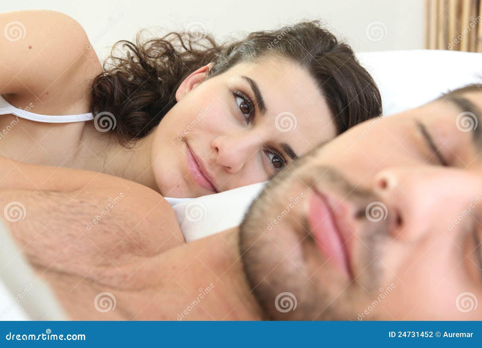 Трахнул пока муж смотрел футбол с другом, Жена тихо изменяет мужу с его лучшим другом во время 26 фотография