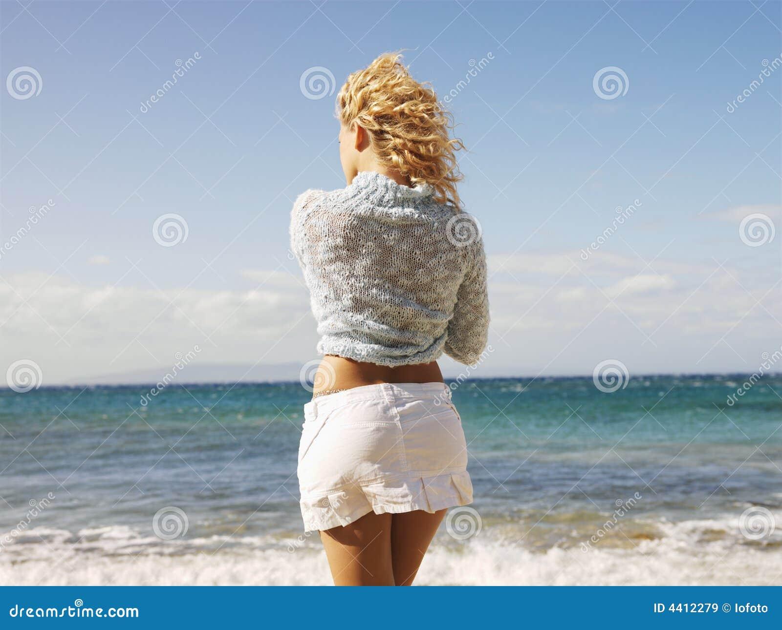 Фото блондинок сзади на море 10 фотография