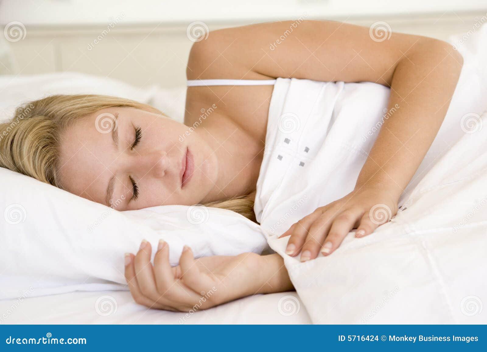 Симпатичную в постели 9 фотография