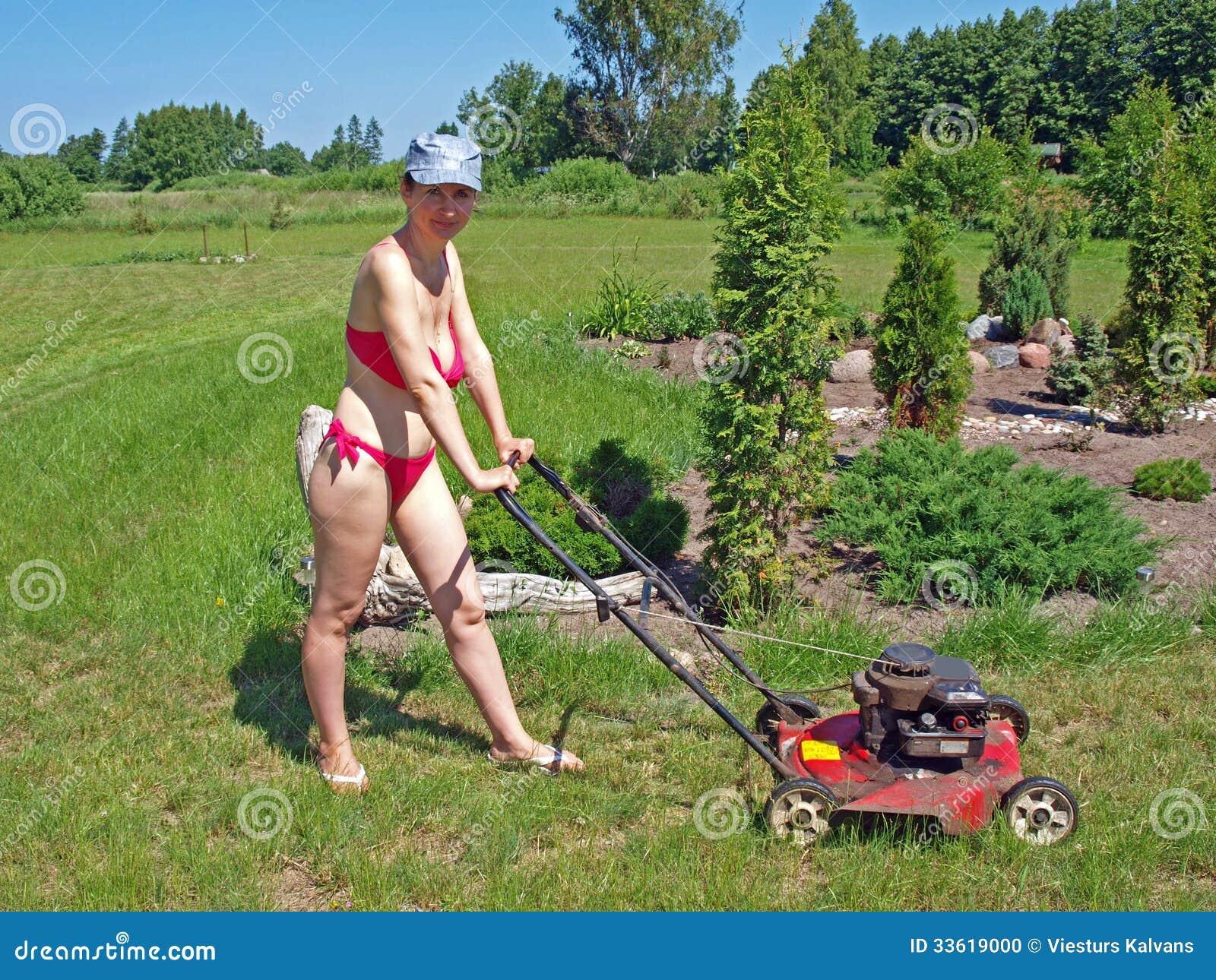 Lawn mower bikini luder!