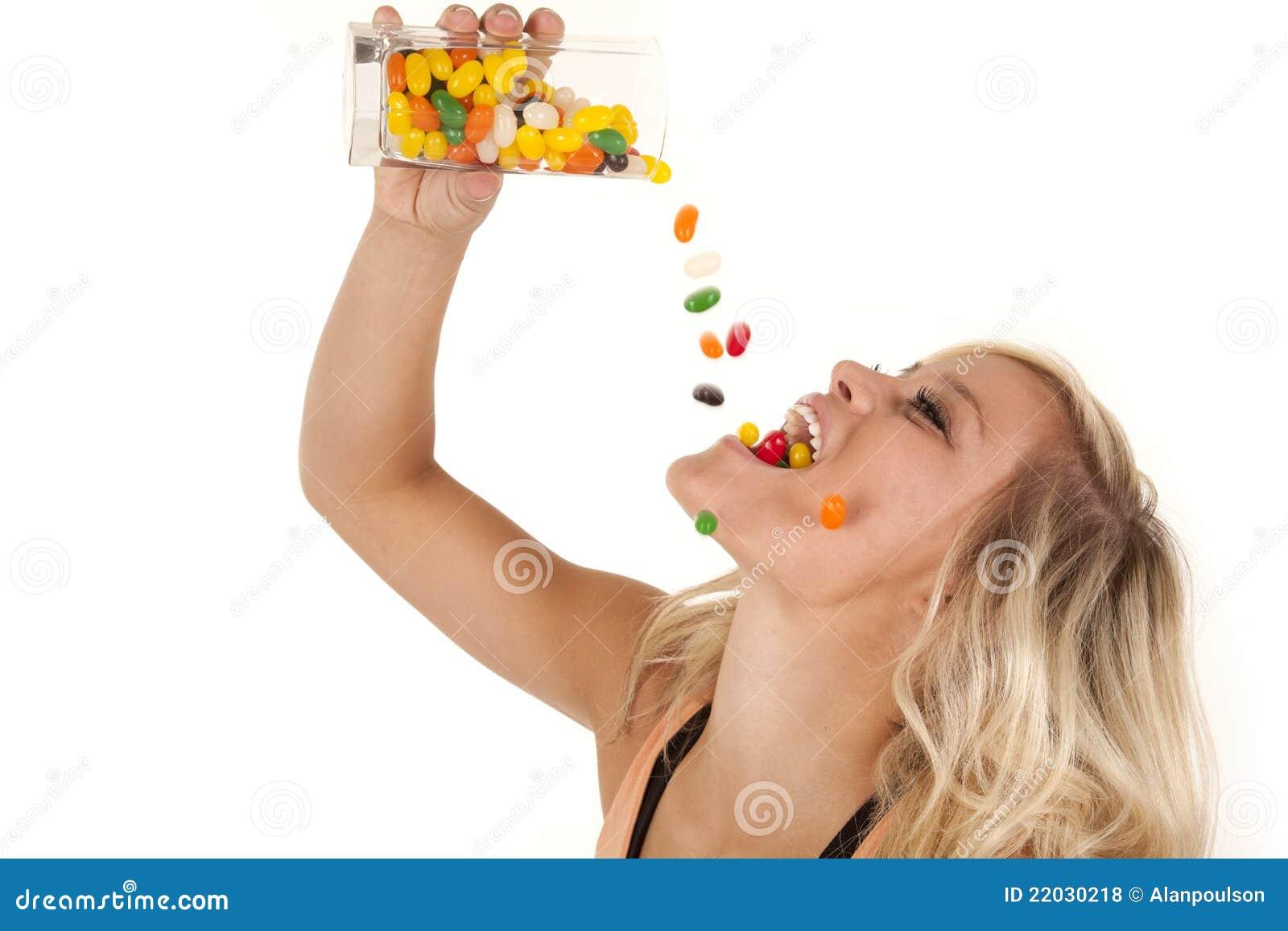 Bé Đẹp nói sai rồi!  Woman-pouring-jelly-beans-mouth-22030218