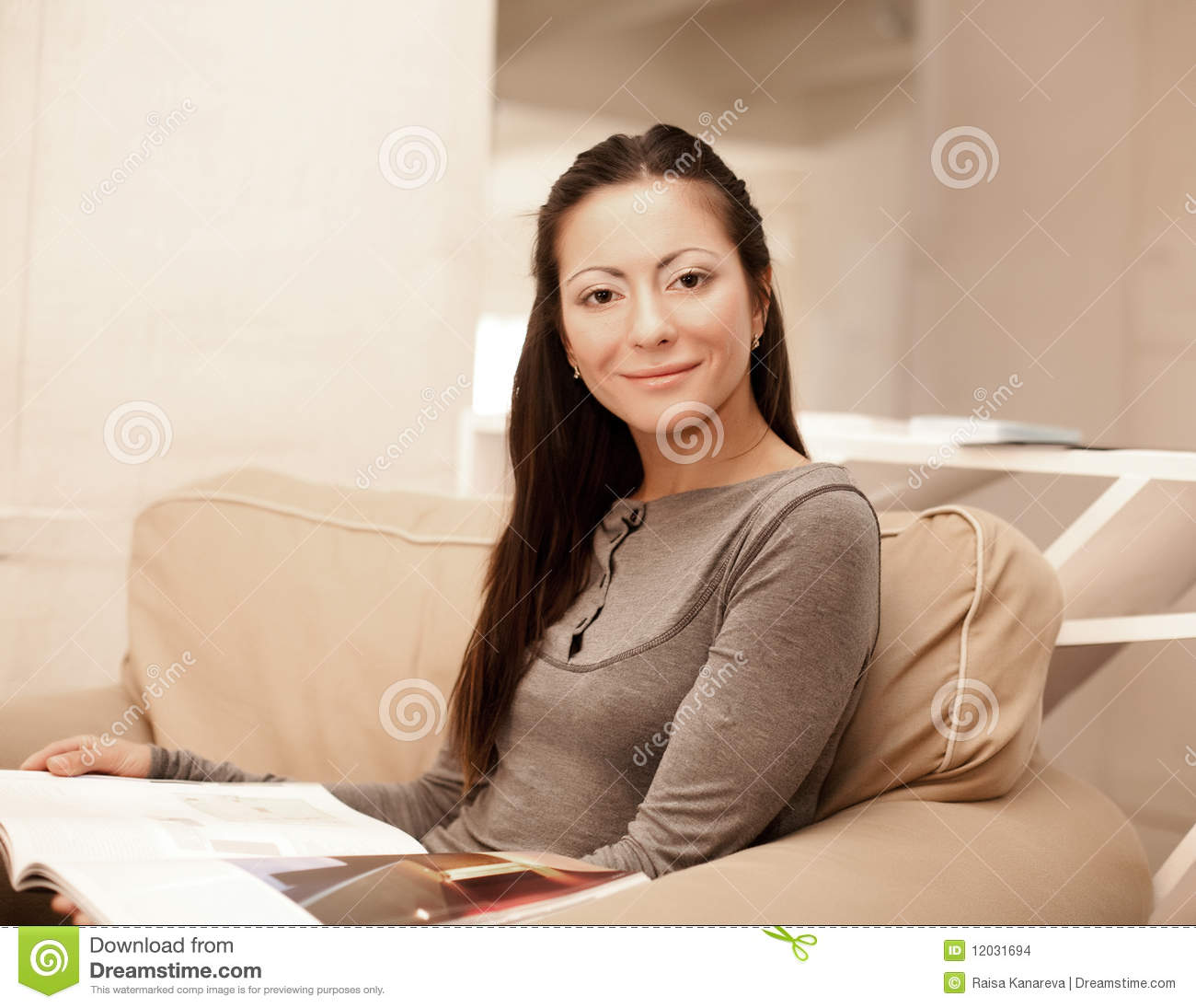 Casting Couch Young: Woman Reads A Magazine Stock Images