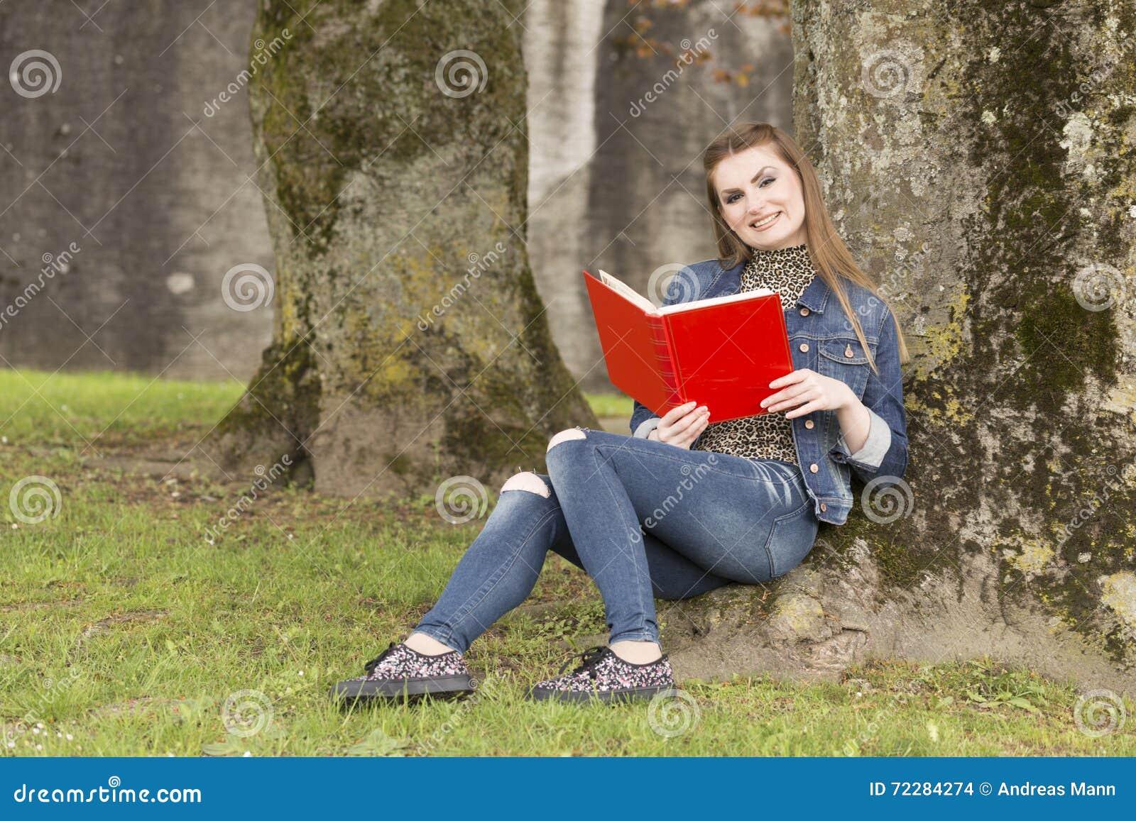Download Woman_with_red_book-4 стоковое фото. изображение насчитывающей мечтать - 72284274