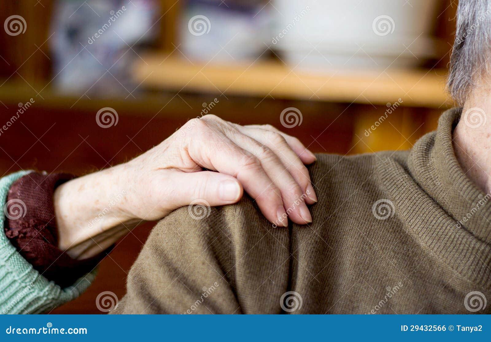 Мужчина при разговоре гладит свою руку