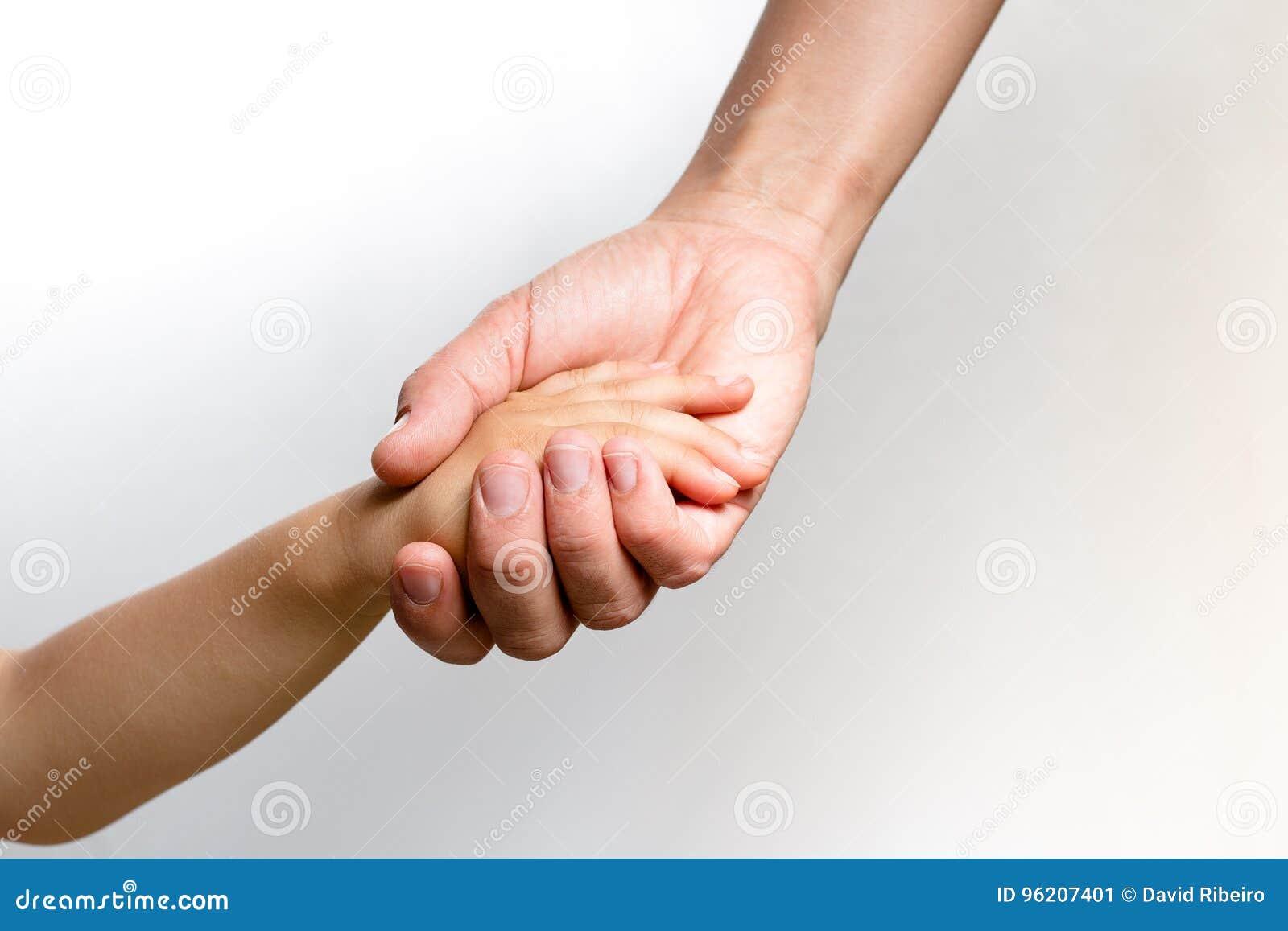 Woman& x27; s-hand som rymmer en child& x27; s-hand