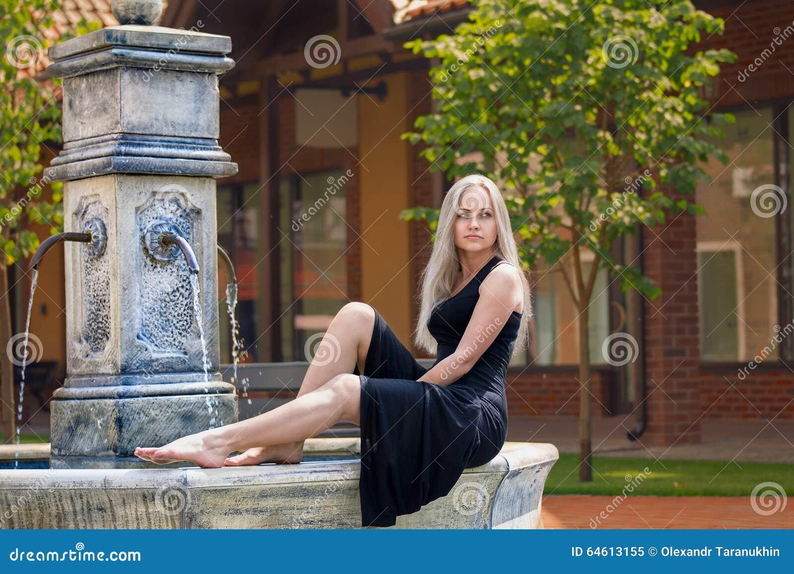 women minimalism cleavage - photo #29
