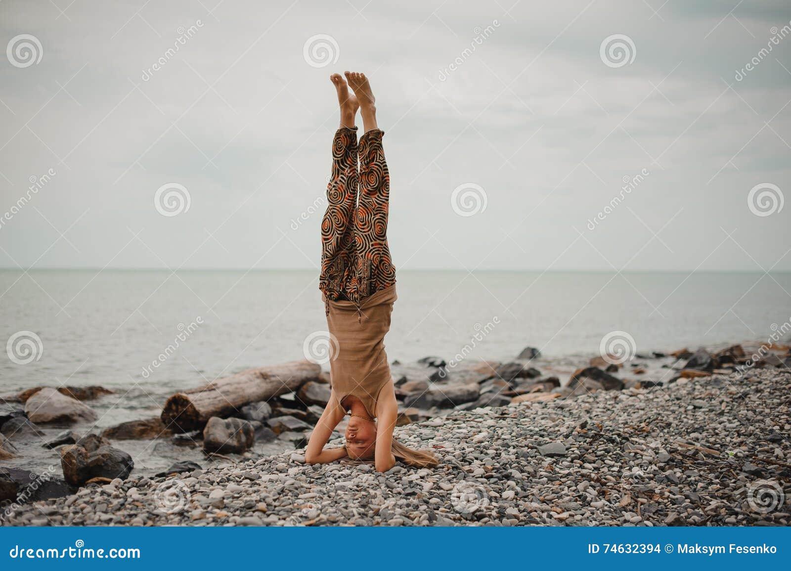 Woman standing on head se