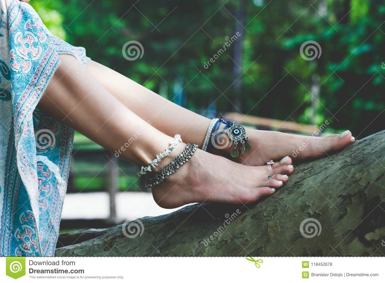 https://thumbs.dreamstime.com/z/woman-summer-boho-fashion-style-details-barefoot-anklets-rings-outdoor-lean-tree-woman-summer-boho-fashion-style-details-118452678.jpg