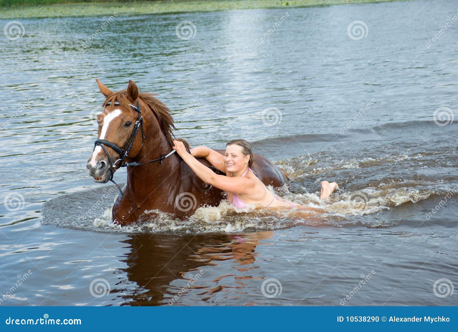 Фото девушка купается в речке 29 фотография