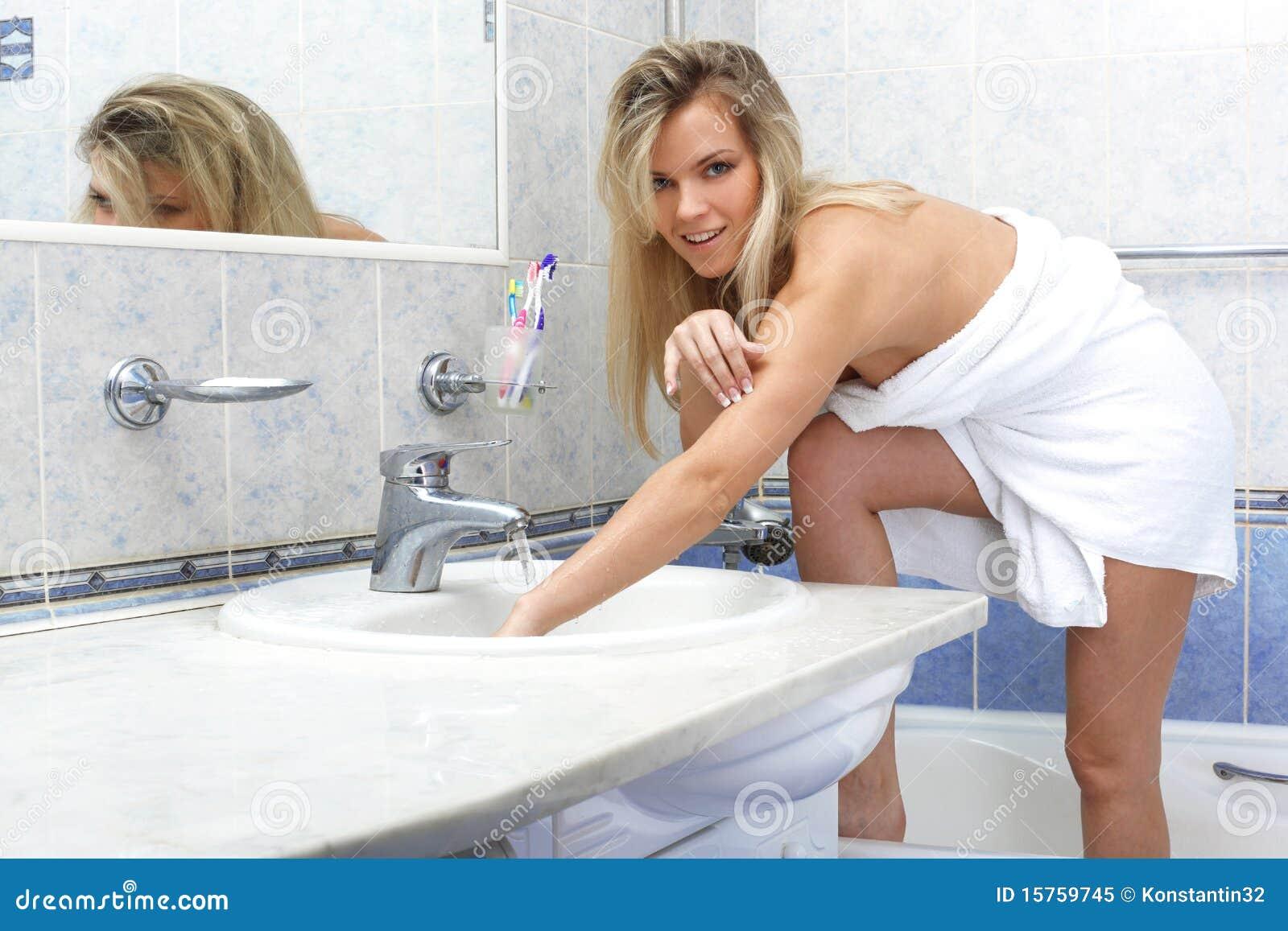 Молодая в ванной видео
