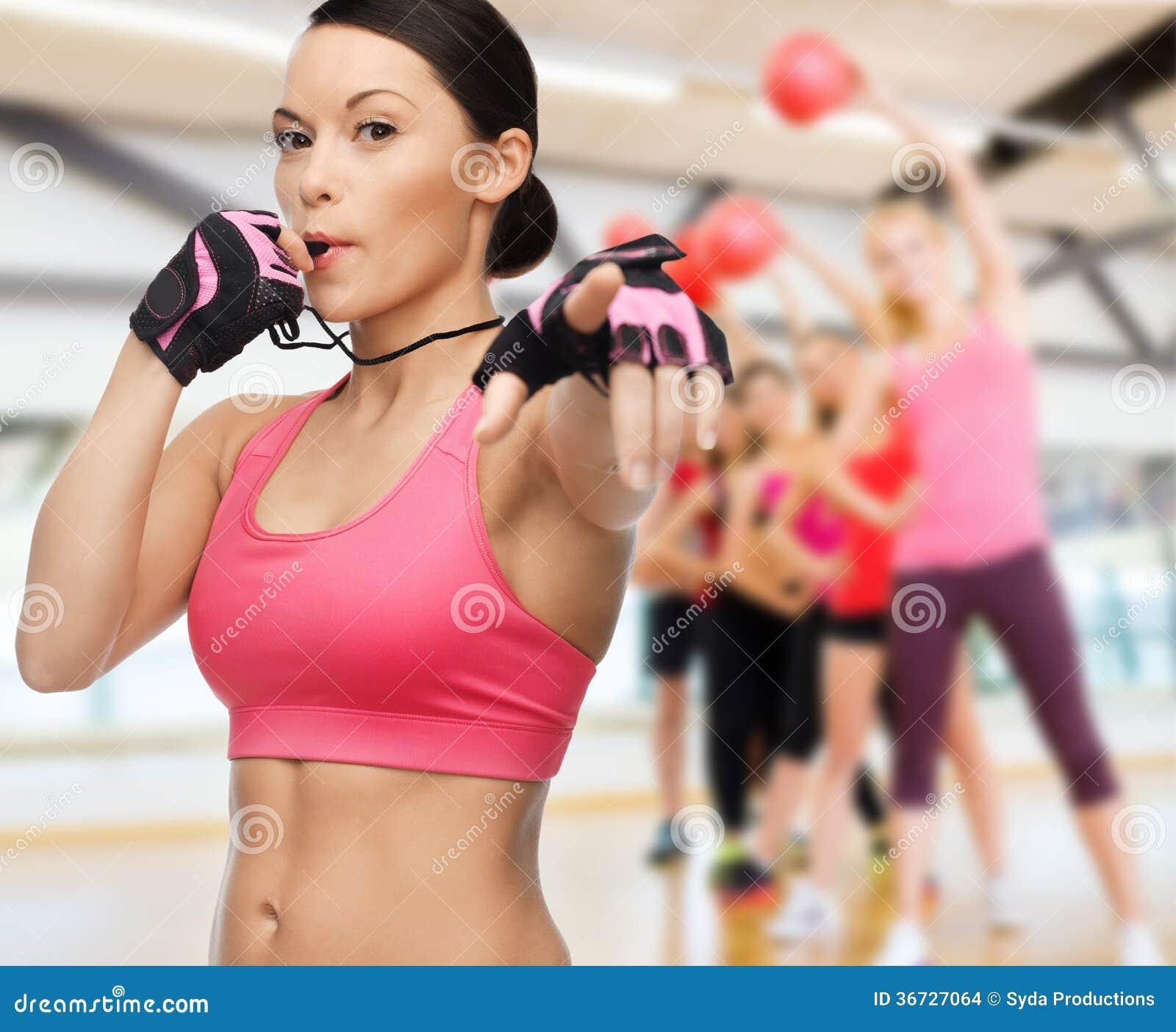 Im Gym bläst und bumst die sportliche Milf