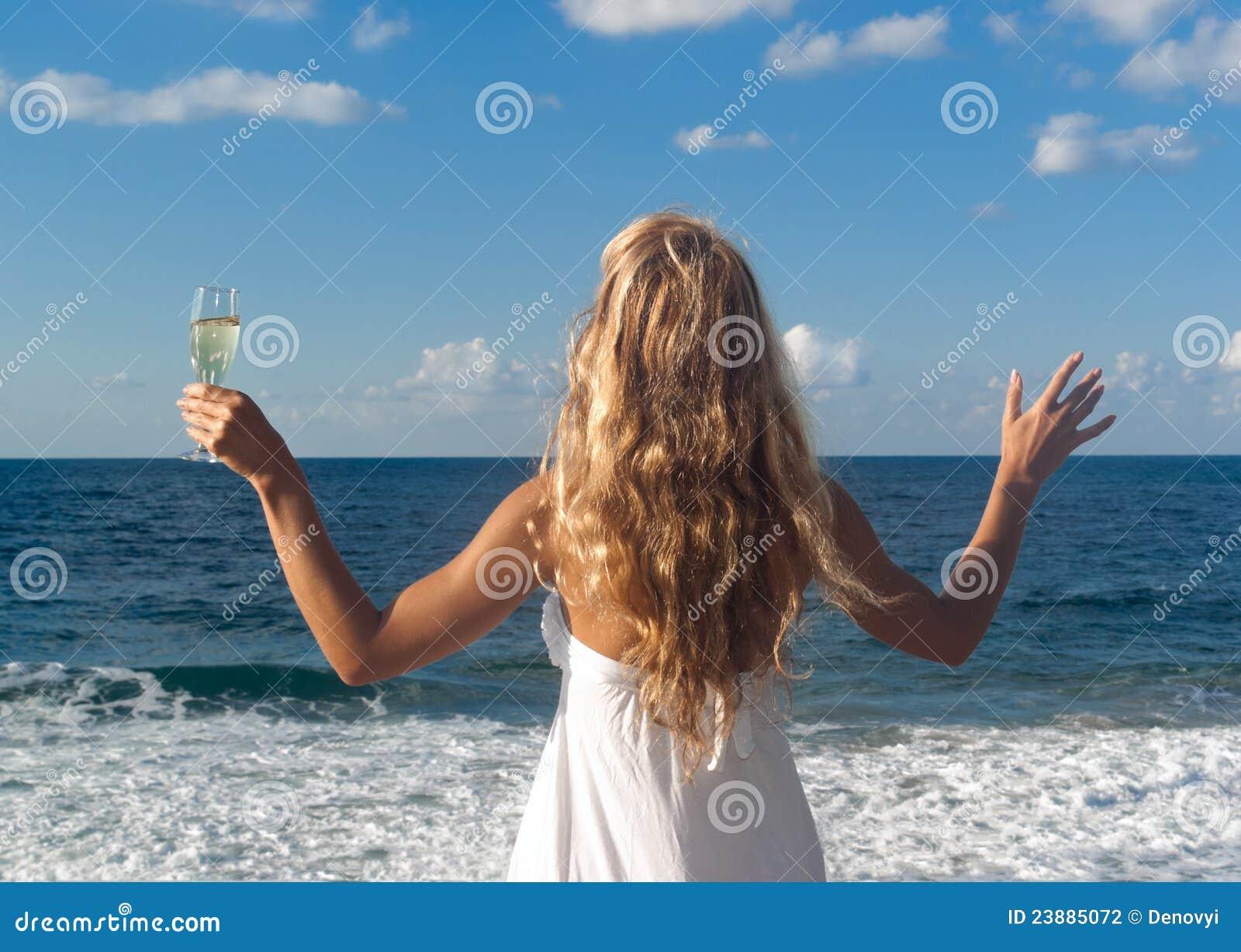 Фото блондинок сзади на море 15 фотография