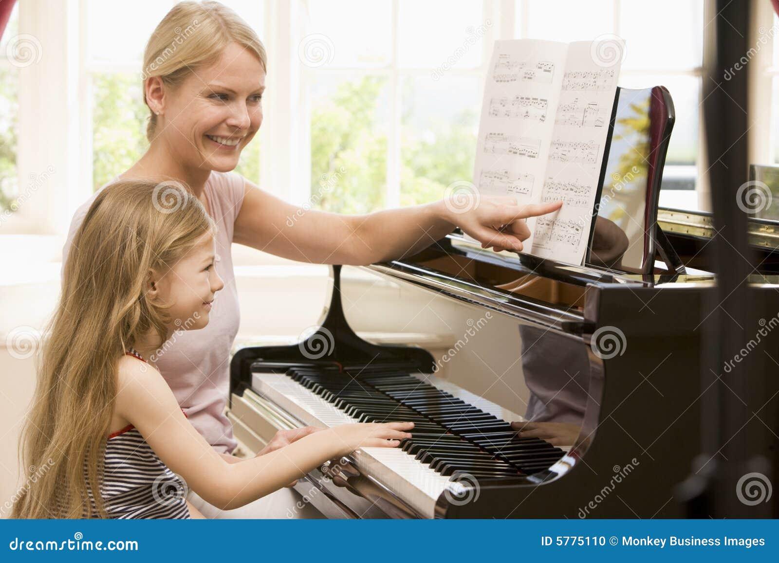 Fille sur un piano