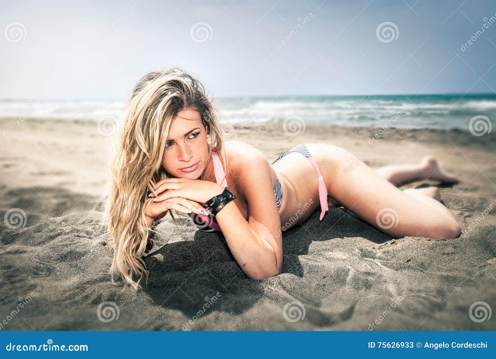 15 woman young Härlig blond flicka på stranden