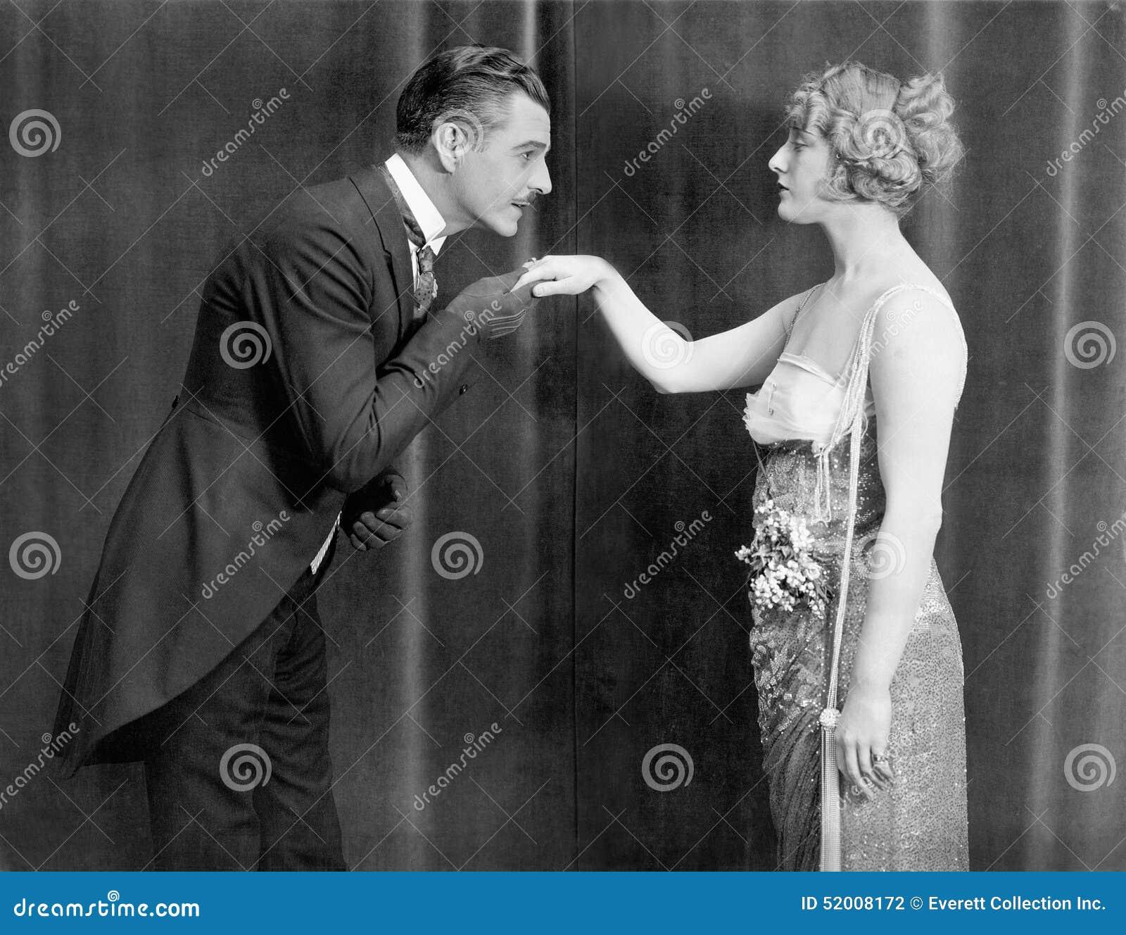 Womans человека руки целуя