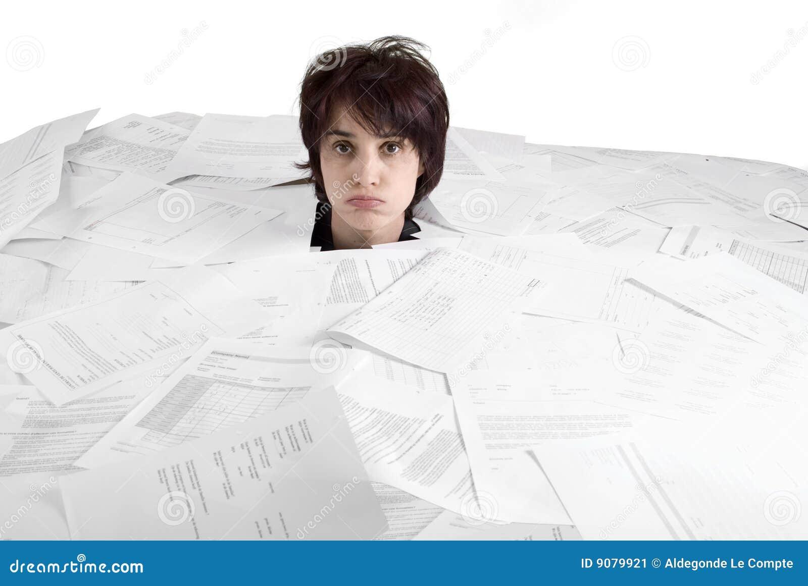 Womans gehen voll stikking aus einem Schreibtisch der Papiere heraus voran