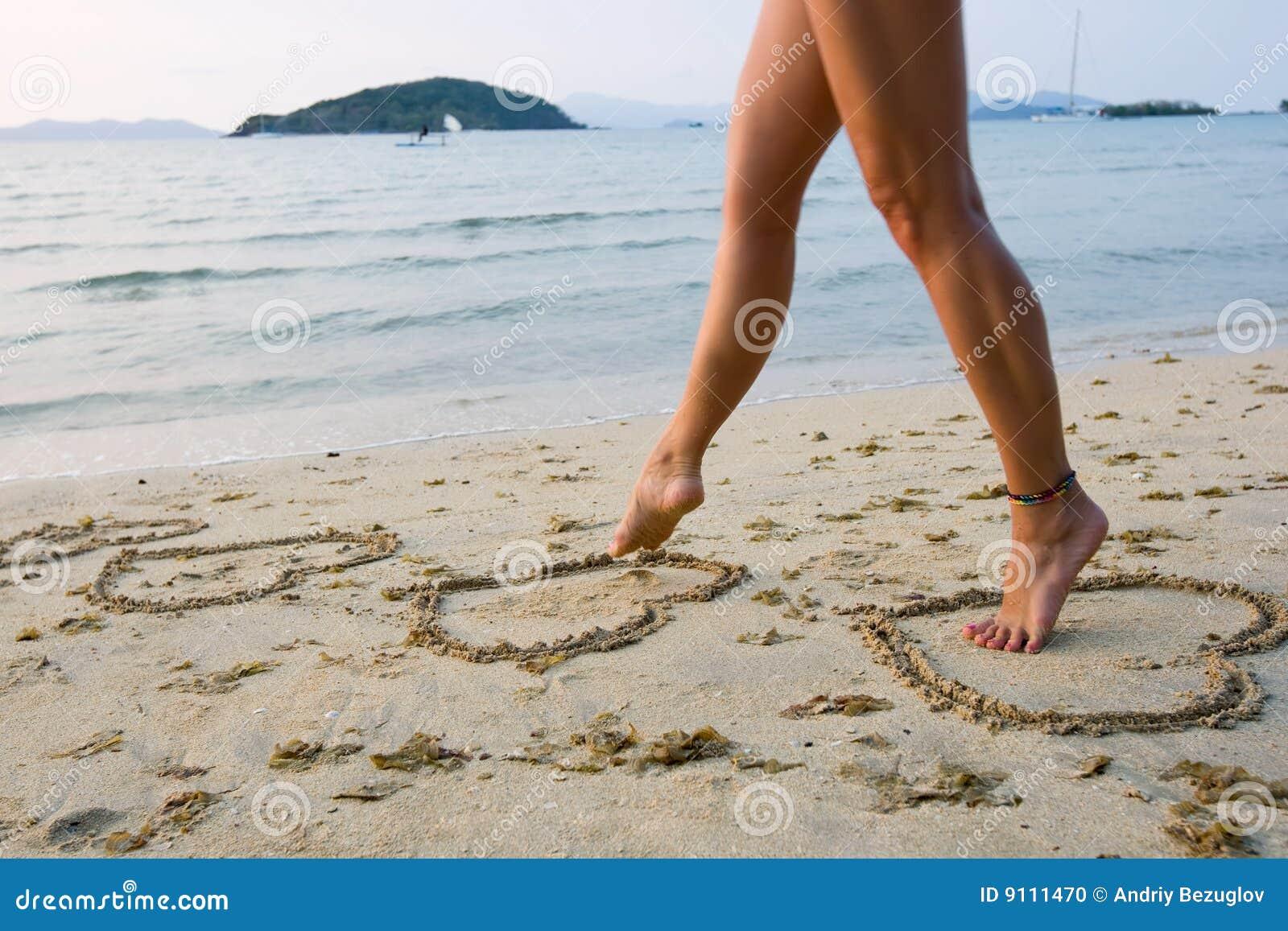 Фото ног девочек на пляже 9 фотография