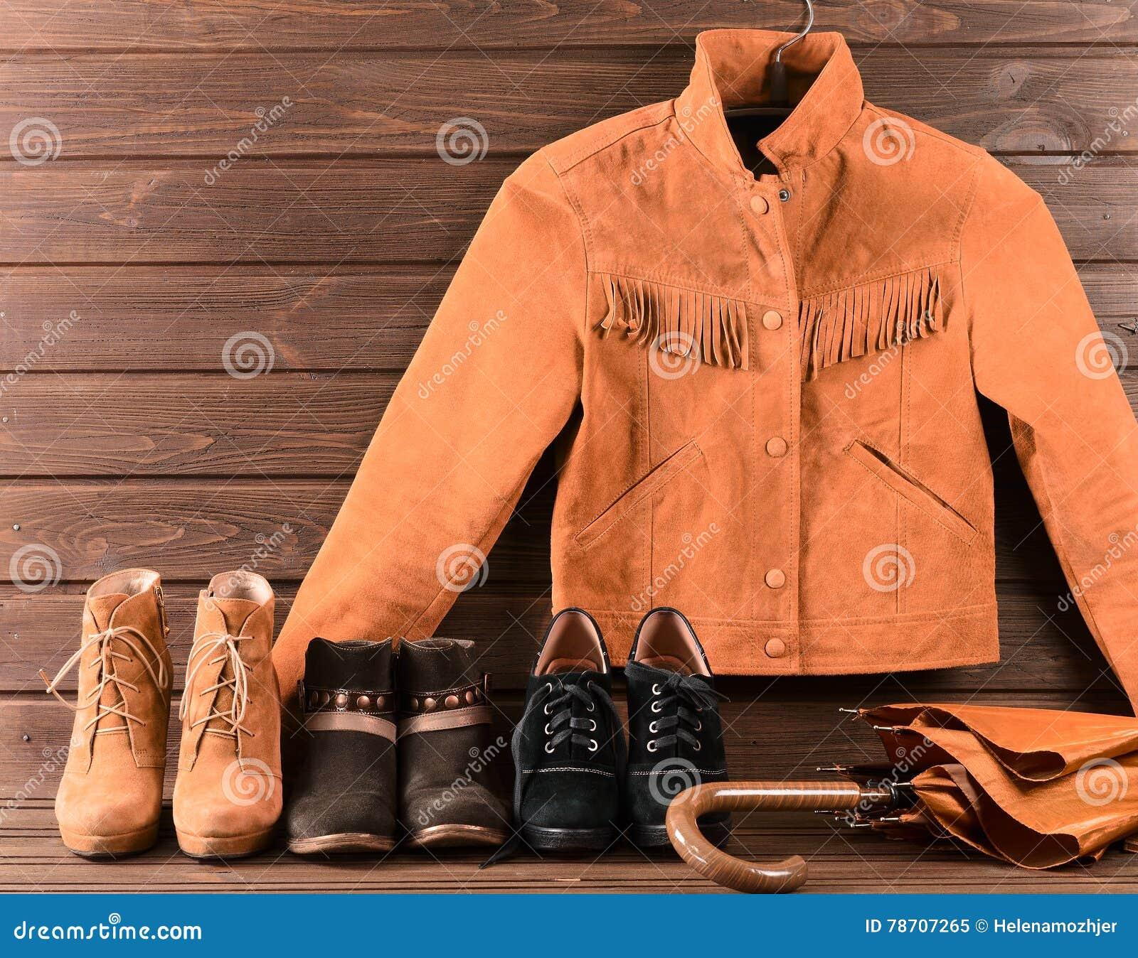 Women& x27 ; habillement et accessoires de s Veste de suède de Brown, trois paires de chaussures différentes et parapluie