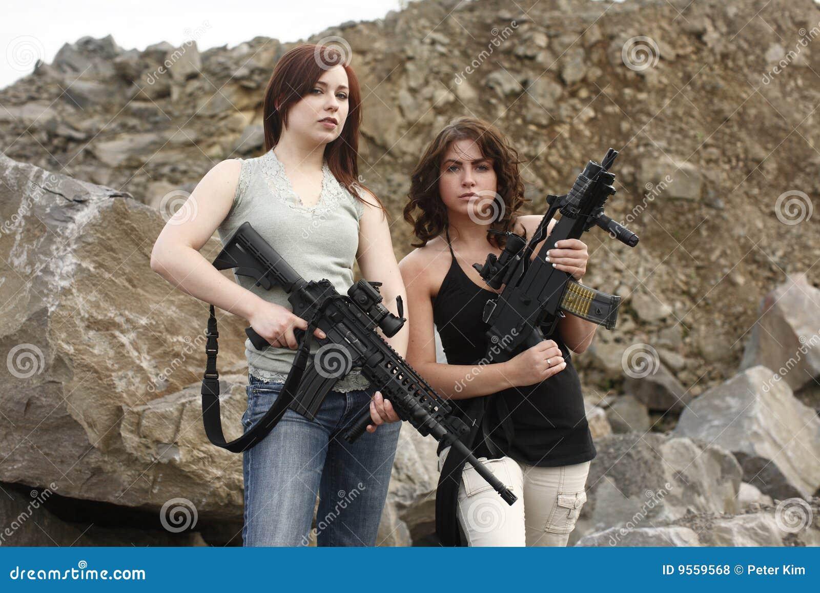 detodounpoco.achl - Página 3 Women-holding-guns-9559568