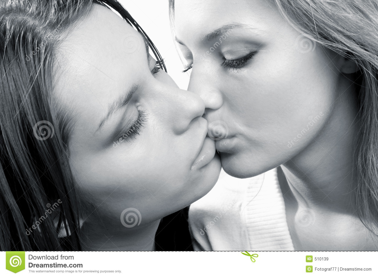 lesbians making out Beautiful