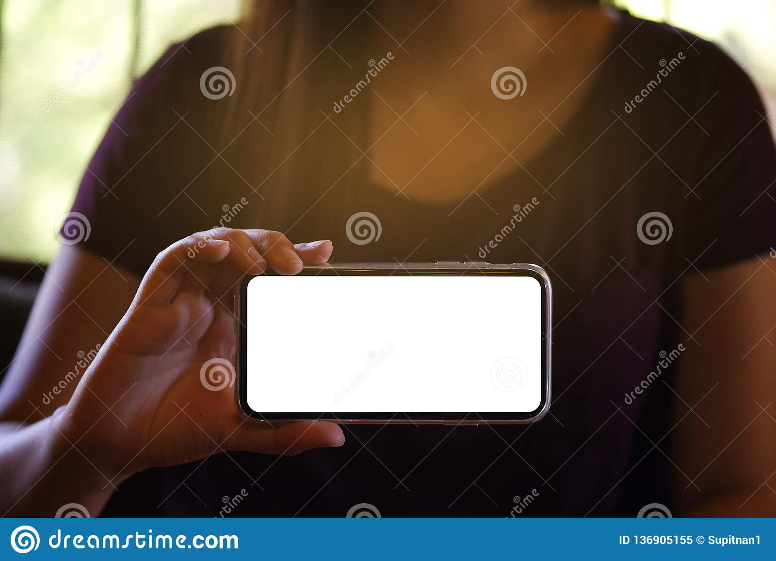 Women& x27; s-händer som framåtriktat rymmer den tomma skärmen för mobiltelefon för kopieringsutrymmeskärm smart telefon med tekn