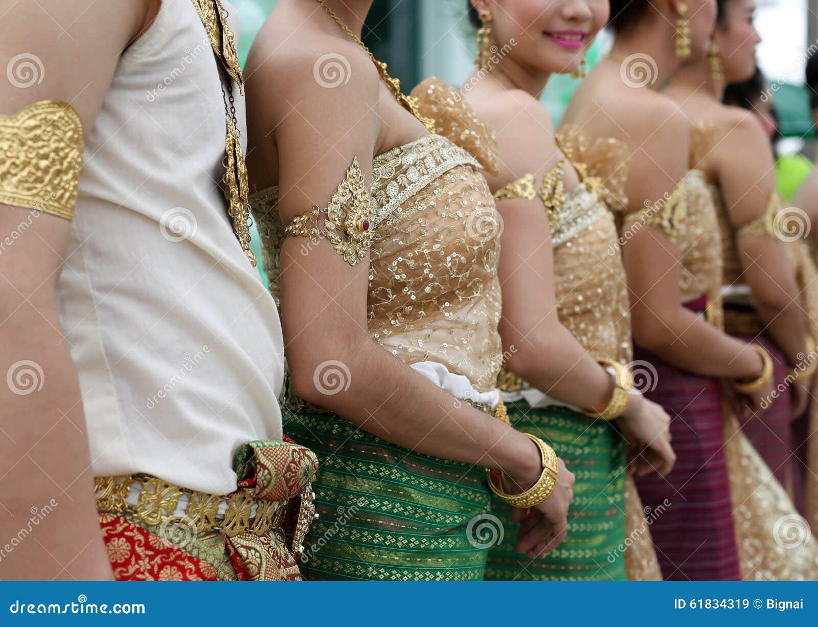 Womwn tailandês no vestido tailandês tradicional da dança do vintage
