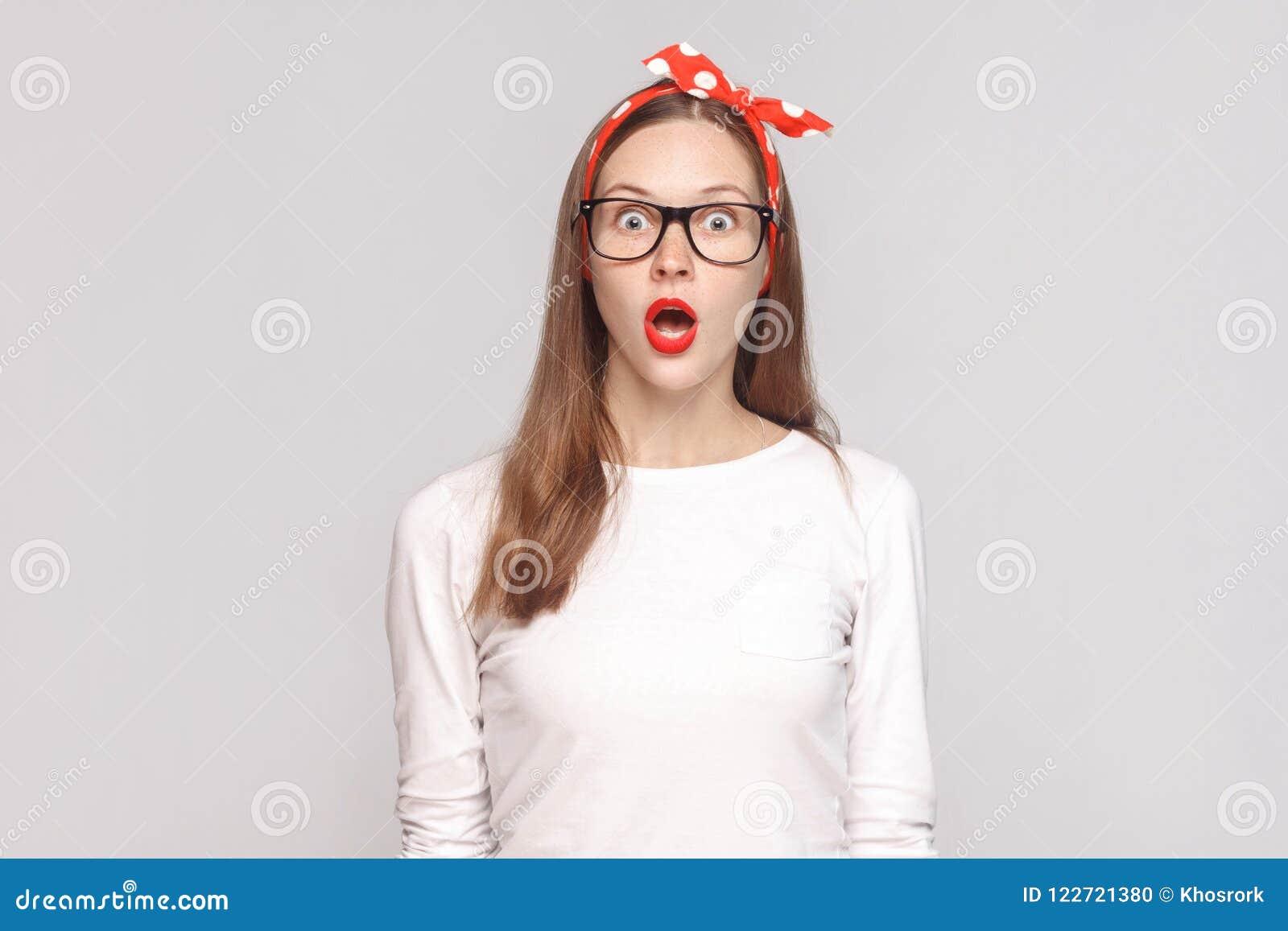 Wondered chocó la cara retrato del wom joven emocional hermoso