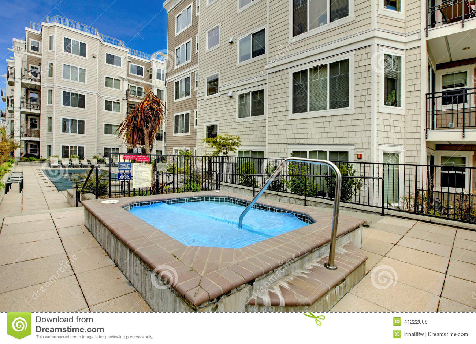 Zwembad Op Balkon : Woningbouw met zwembad en jacuzzi stock foto afbeelding