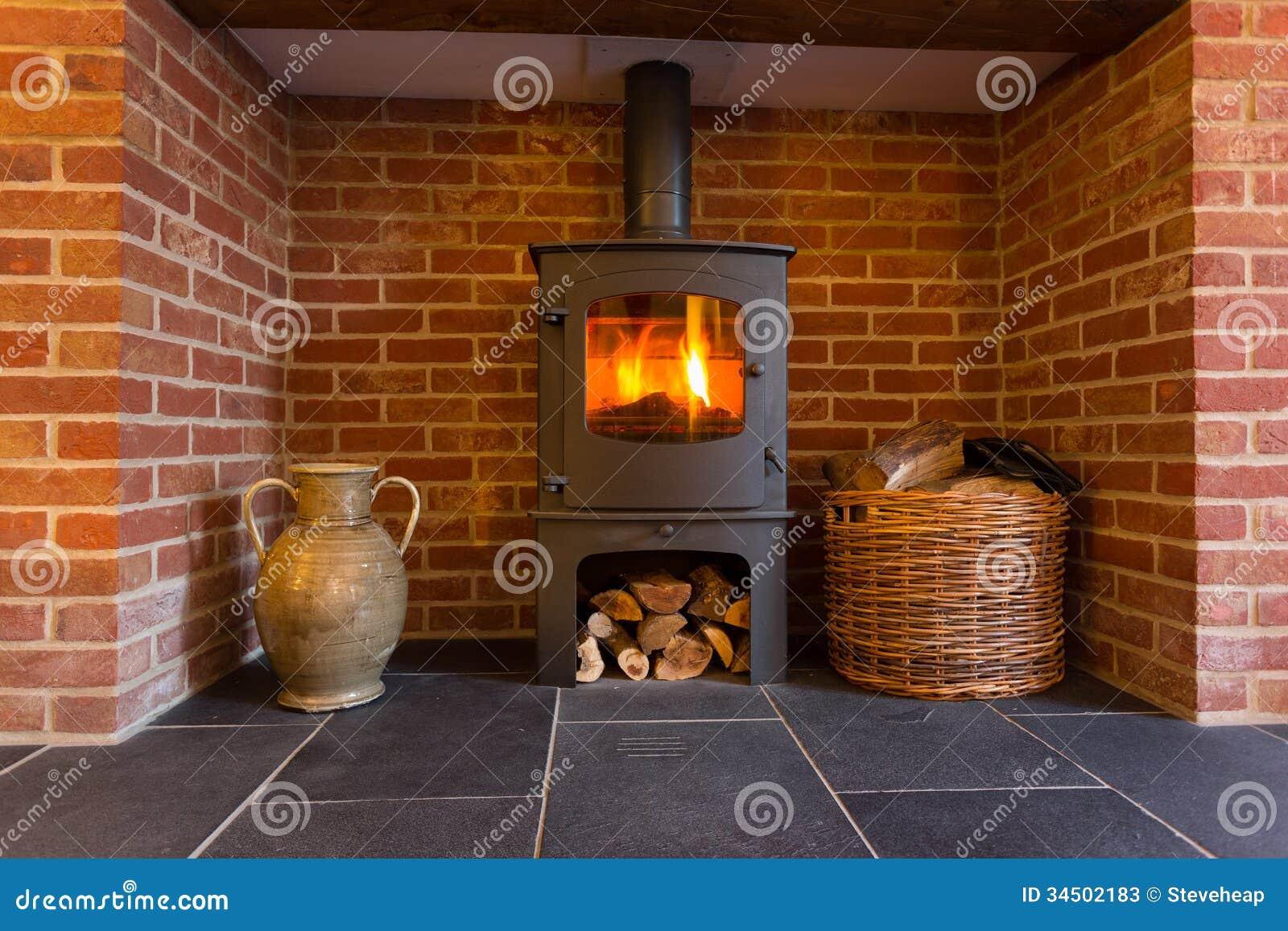 Wood brinnande ugn i tegelstenspis