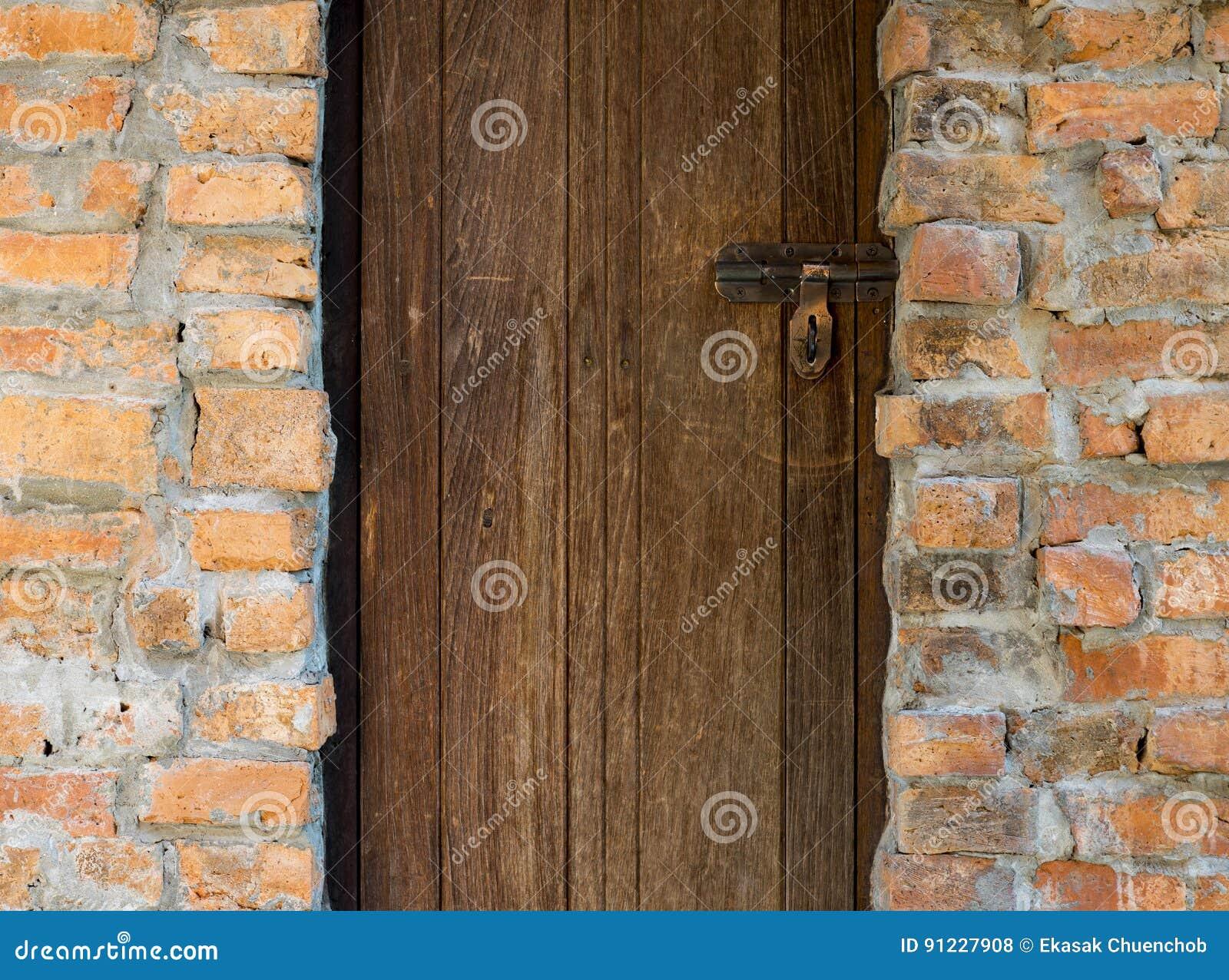 Wood dörr- och tegelstenvägg