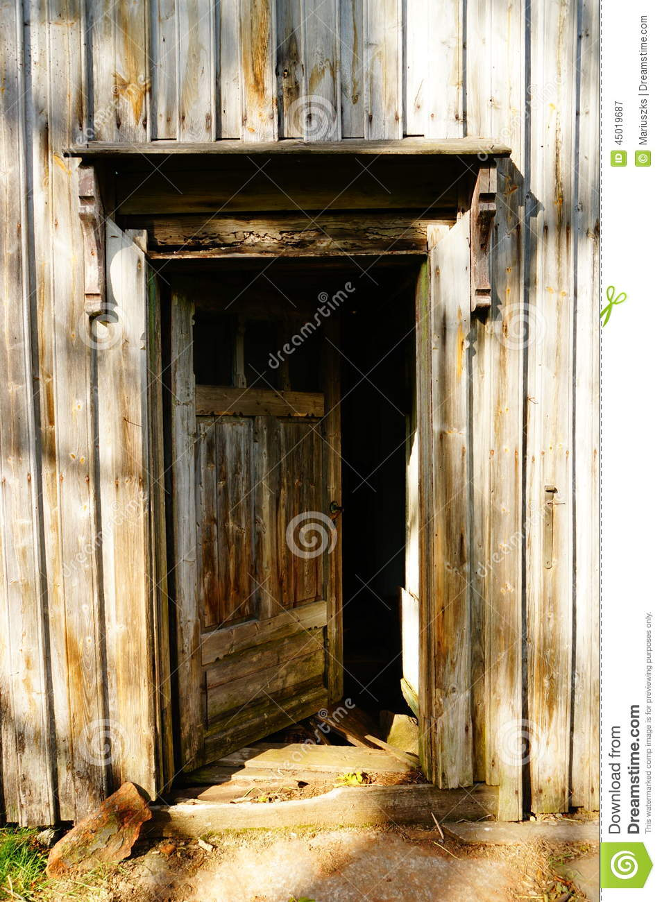 Wood door in old farm house norway stock photo image for Porte de ferme ancienne