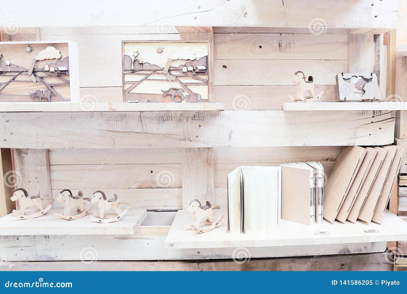 Wood hylla med boken och leksaker