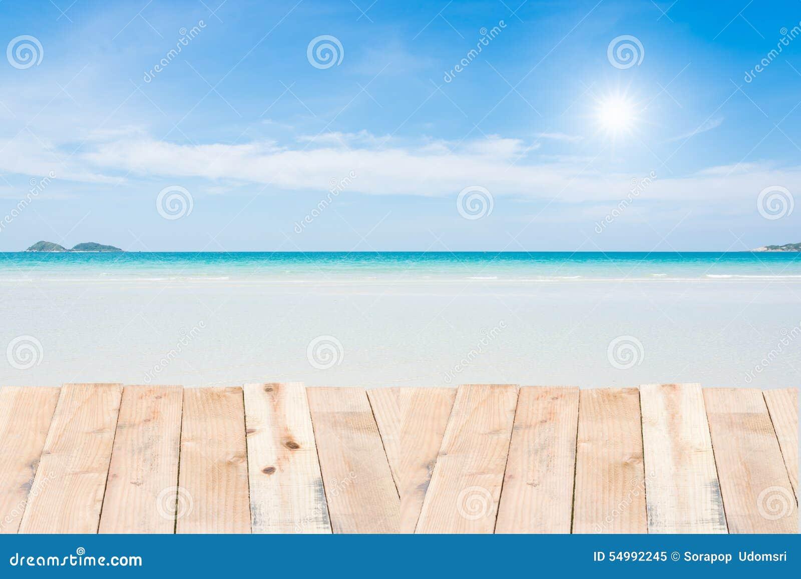 Wood terrass på blå himmel för strand