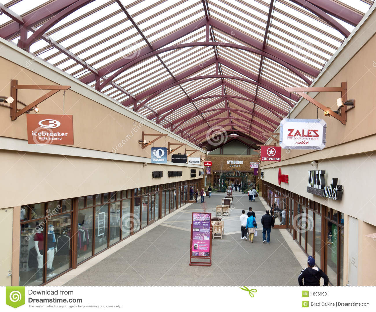The mall offers skylight-covered walkways as part of modern architecture and landscaping that enhance the location. And as an extra bonus, Woodburn Premium Outlets is able to offer tax-free shopping because there is no state sales tax in Oregon, nor is there local sales tax in Woodburn.