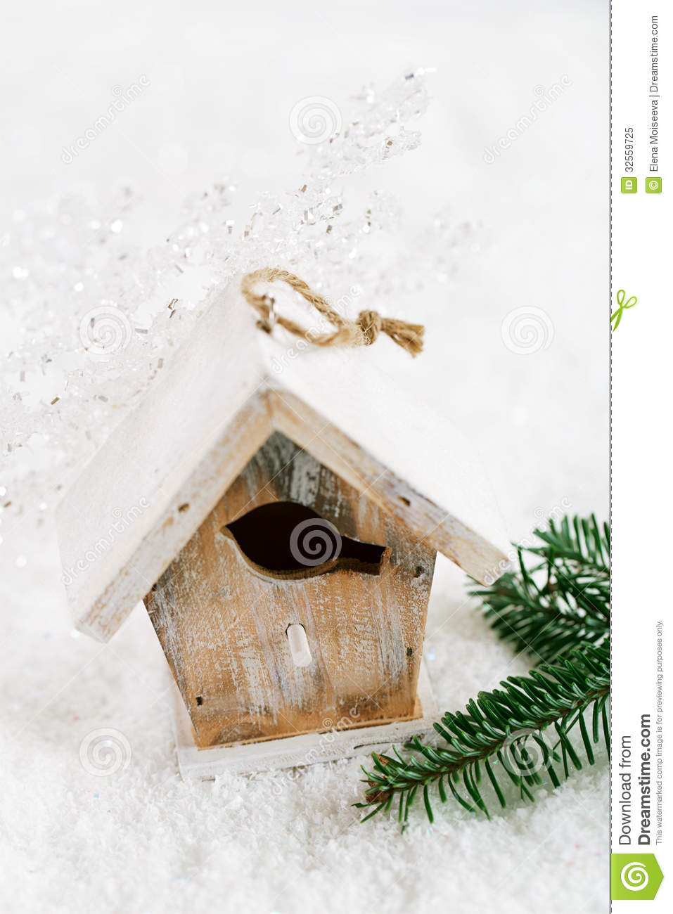 Wooden bird house christmas decoration on white snow - Petite maison de noel decoration ...