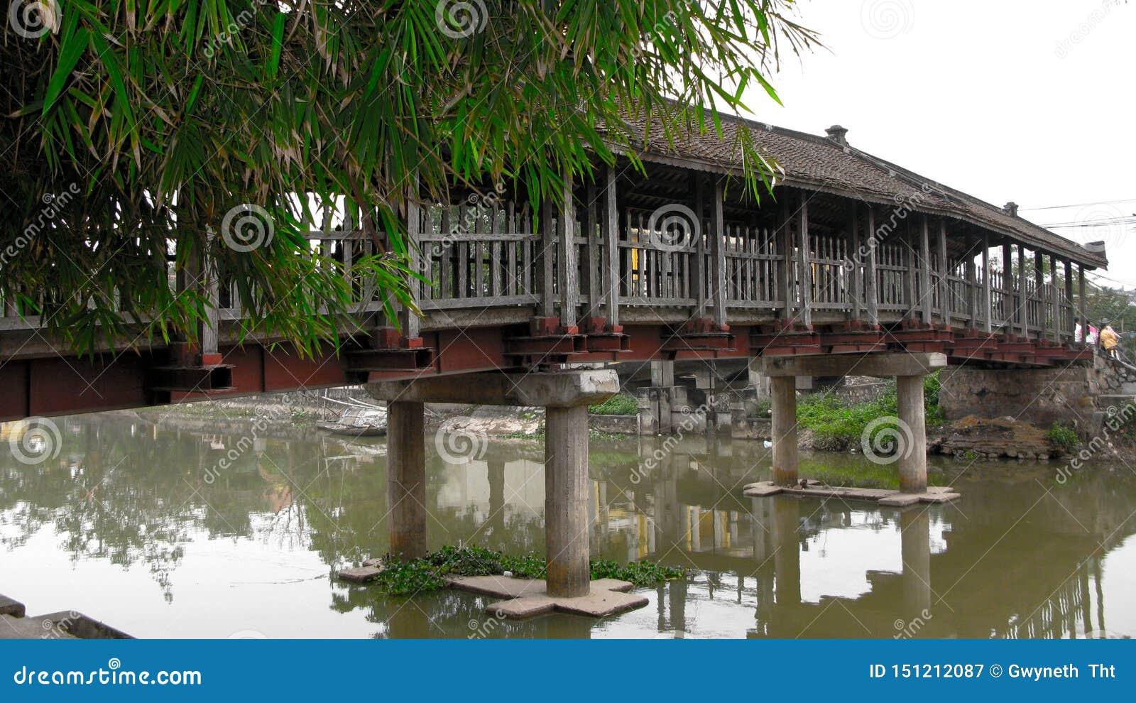 Wooden Bridge Bedeckungssee-Oberfläche