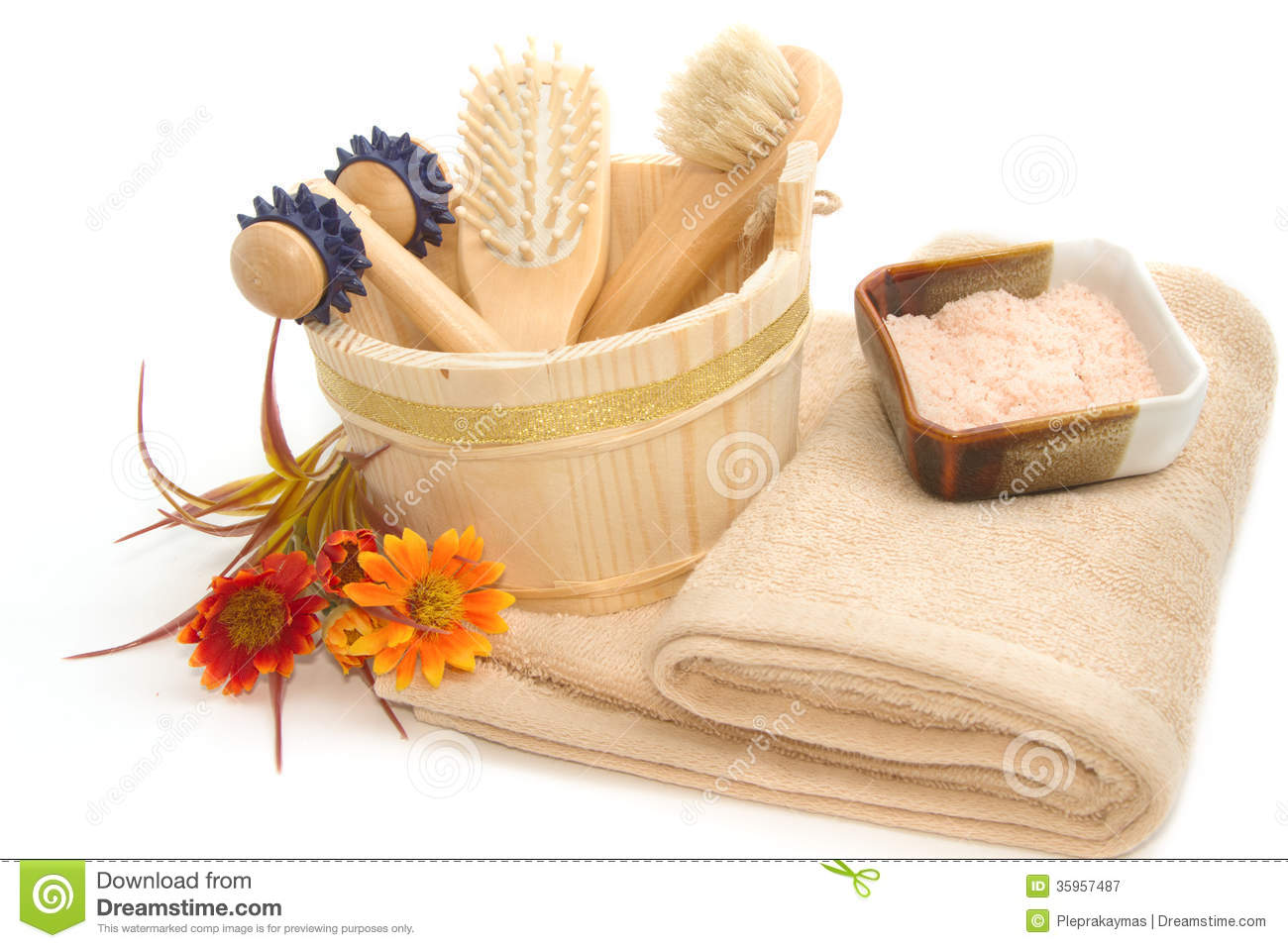 Wooden Bucket With Spa Accessories With Himalayan Salt