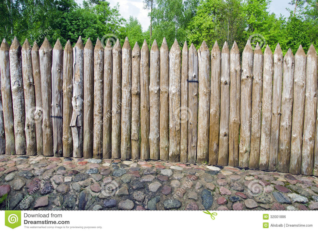 Wooden log fence in resort park stock photo image of for Habiller un mur exterieur en bois