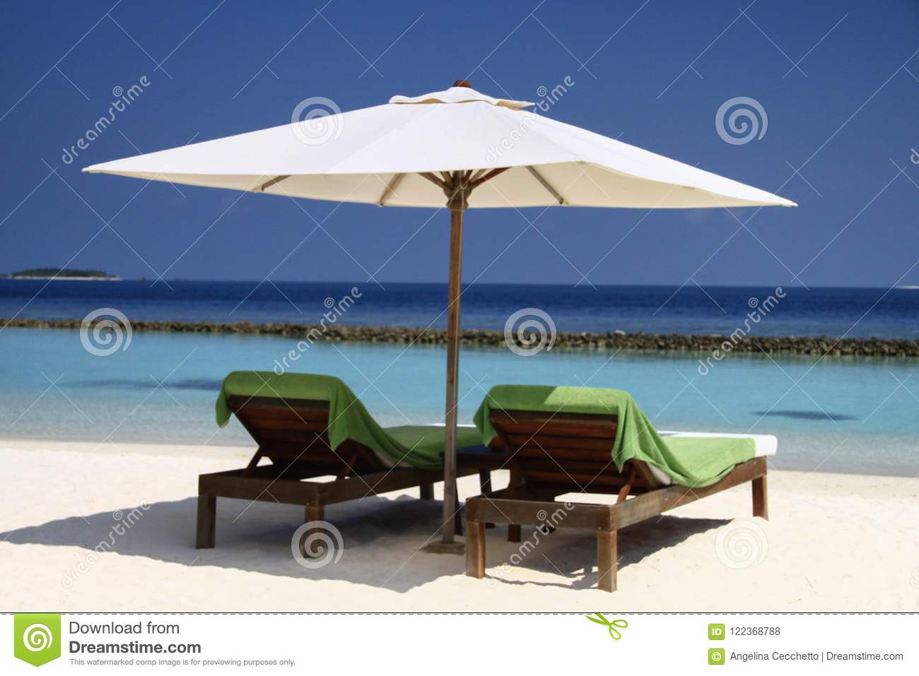 Wooden Seats Palm Trees And Pacific Ocean In Luxury Maldives Re - Palm-tree-furniture-from-pacific-green