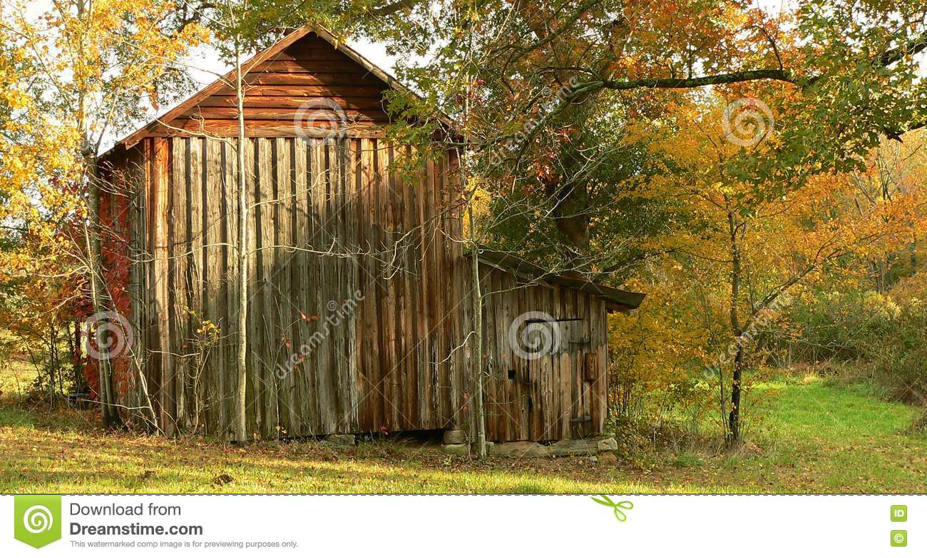 Wooden tobacco barn stock image image 10136291 for Tobacco barn house plans