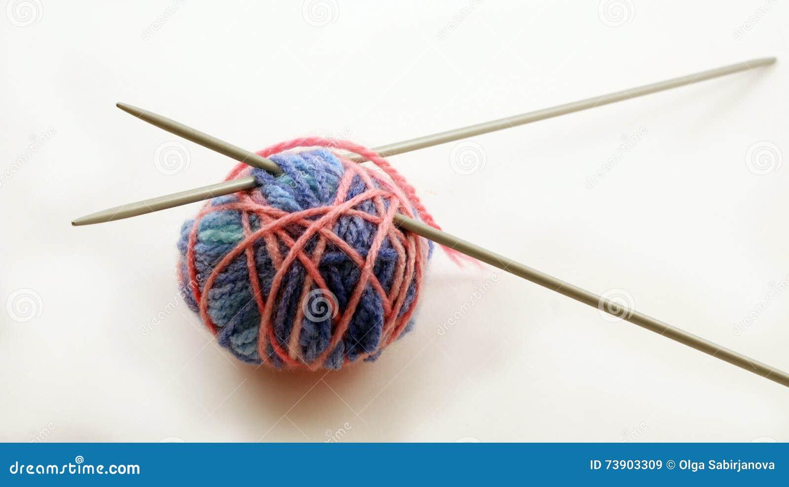 Woolen Bälle und Stricknadeln