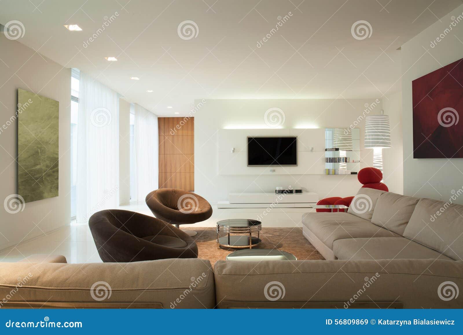 Woonkamer in eigentijds huis stock afbeelding afbeelding bestaande