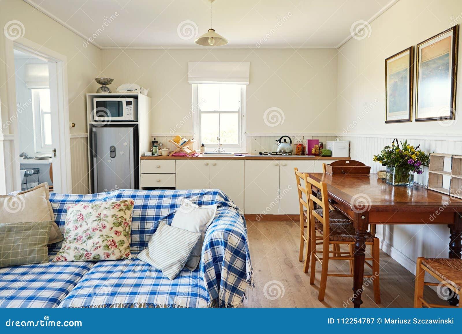 Woonkamer En Keuken In Een Klein Huis Van Het Land Stock Afbeelding ...