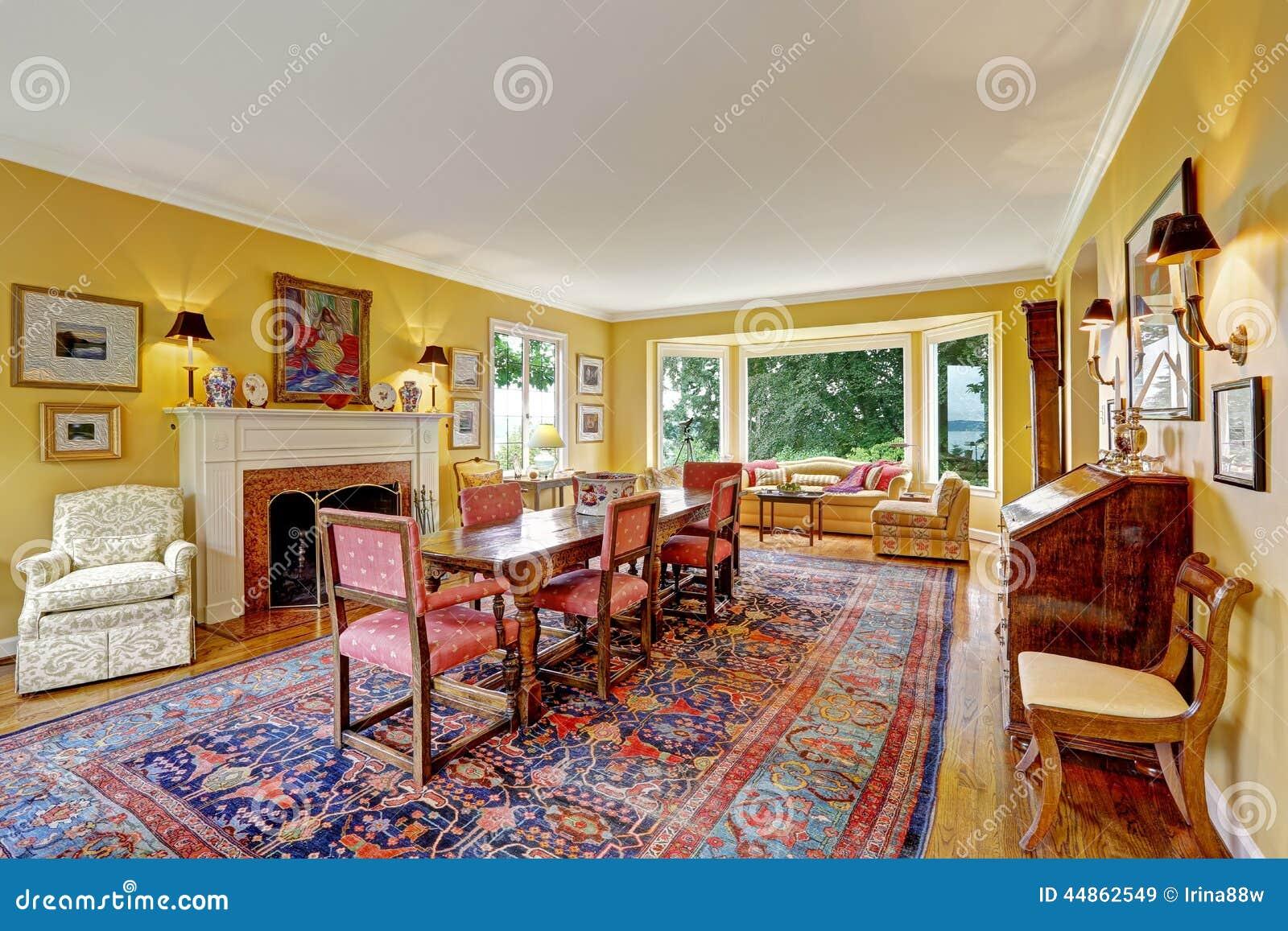 Woonkamer met antieke meubilair en eettafel stock - Decoracion con muebles antiguos ...