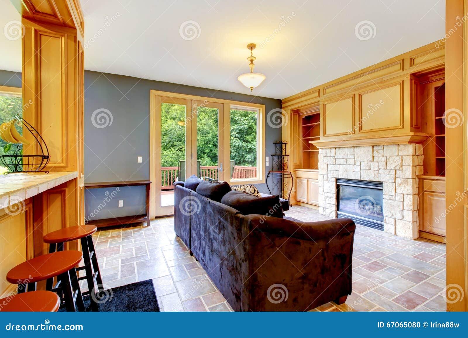 Woonkamer met groene muren en open haard. royalty vrije stock ...
