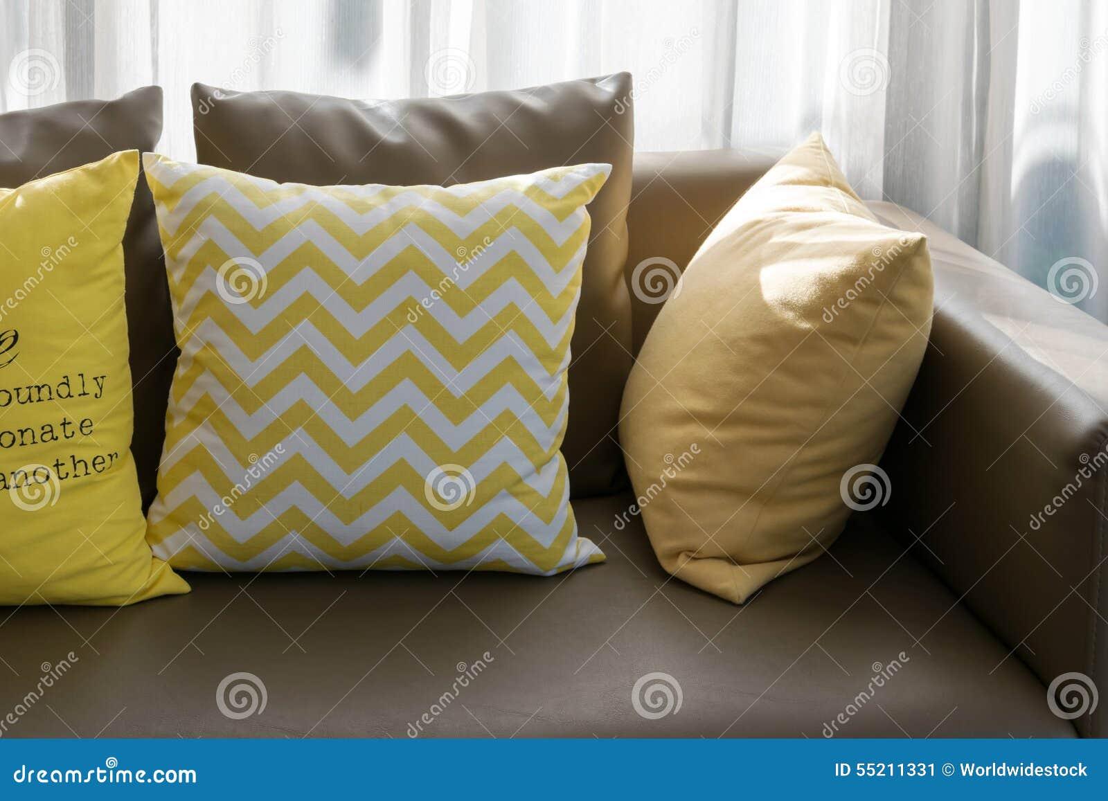 Woonkamer met bruine bank en gele stoel. stock afbeelding ...