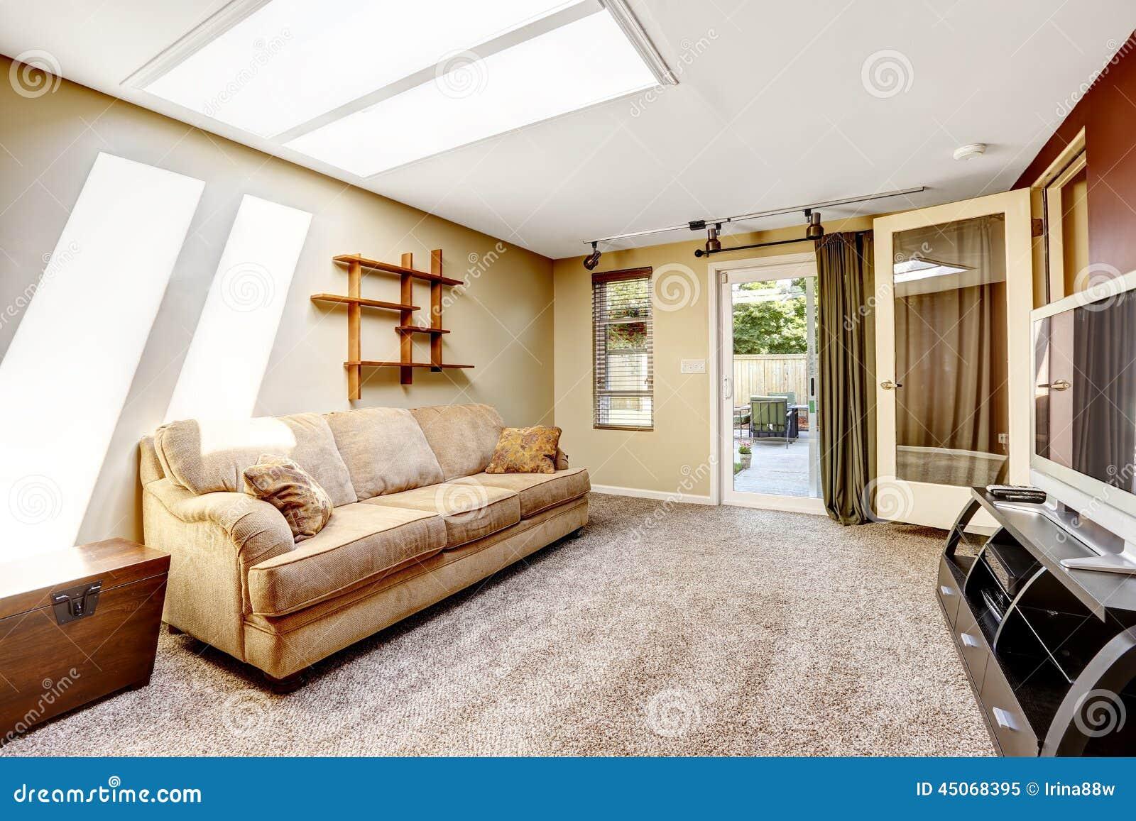 Woonkamer met dakraam en uitgang aan binnenplaats stock afbeelding