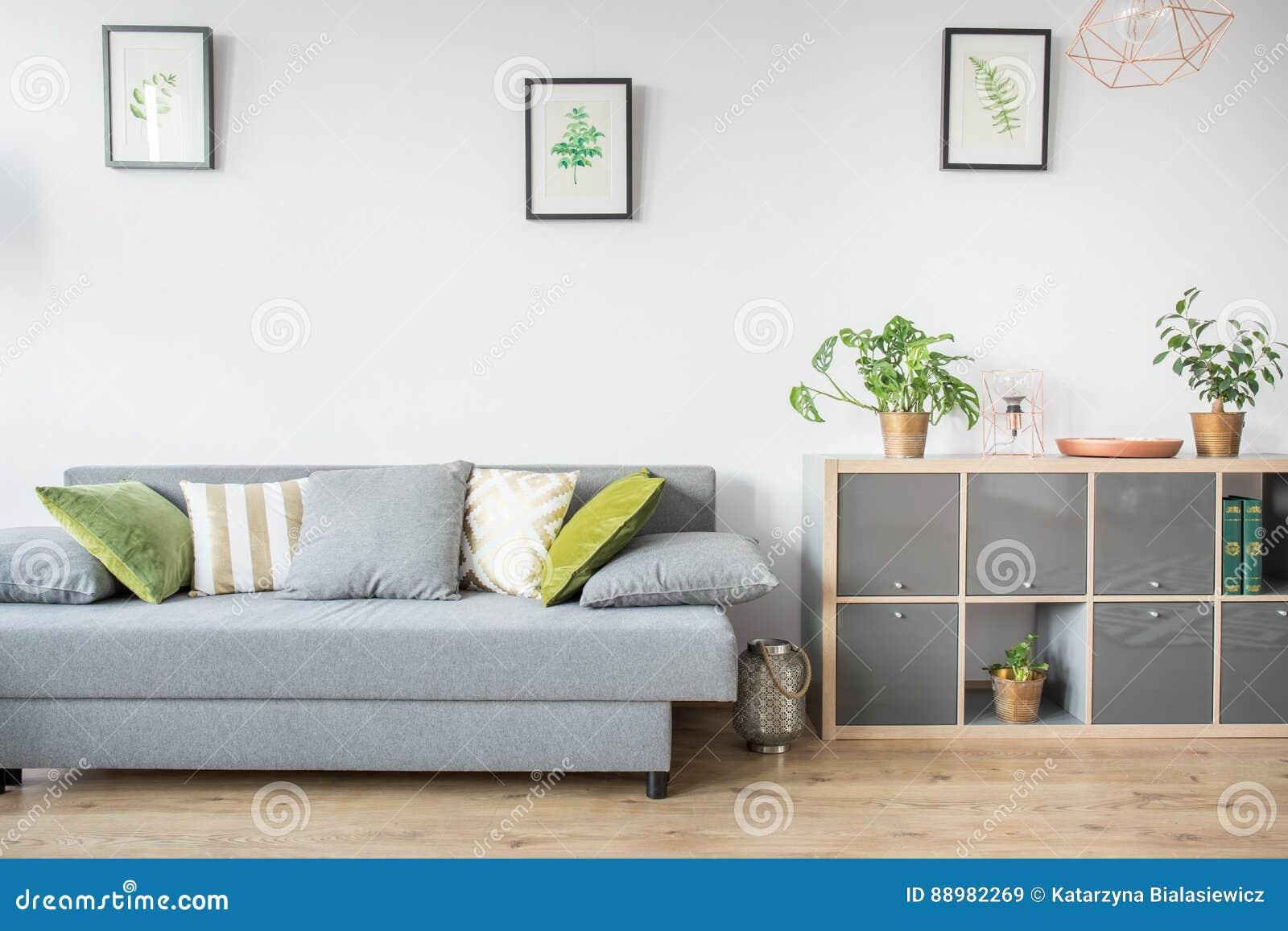 Woonkamer met grijze bank stock afbeelding. Afbeelding bestaande uit ...