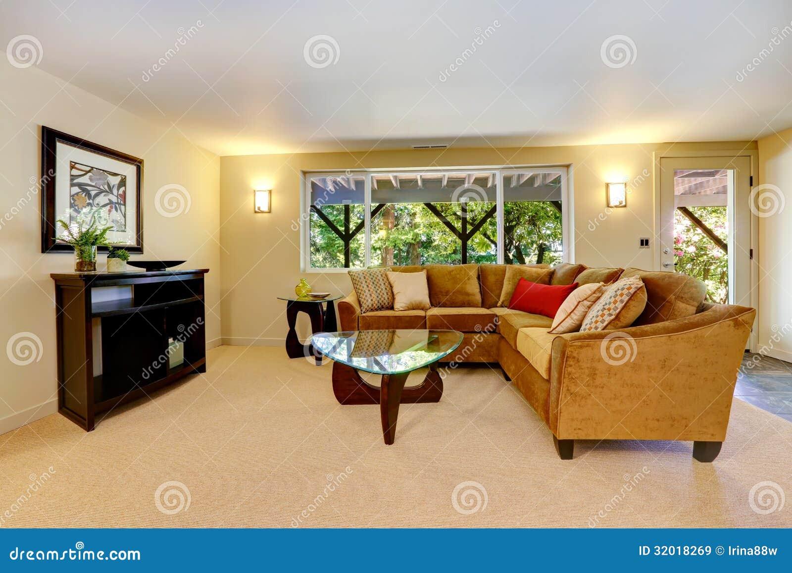 Woonkamer met groot bank, venster en tapijt. royalty vrije stock ...