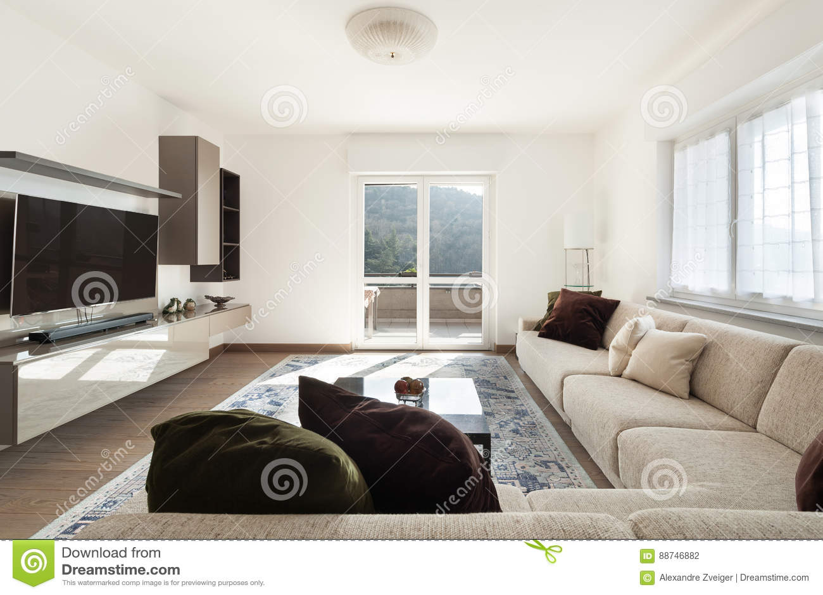 Woonkamer met grote banken stock foto. Afbeelding bestaande uit flat ...